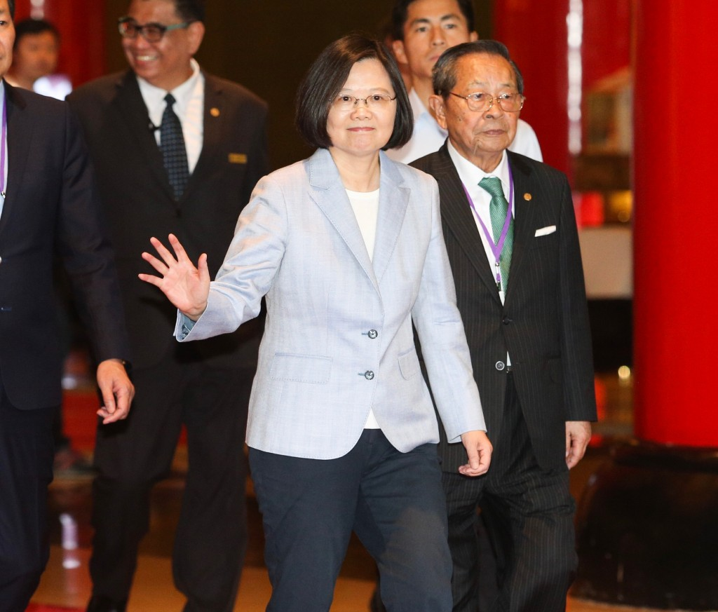 總統蔡英文21日在台北圓山大飯店出席「挺改革 拚未來」社團高峰會並致詞