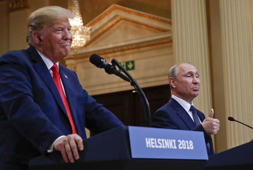 川普與普丁在赫爾辛基舉行高峰會時的資料照(美聯社)