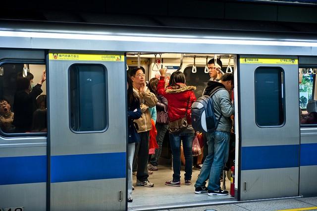 Commuters on Taipei's MRT. (Flickr user: Jorge Gonzalez)