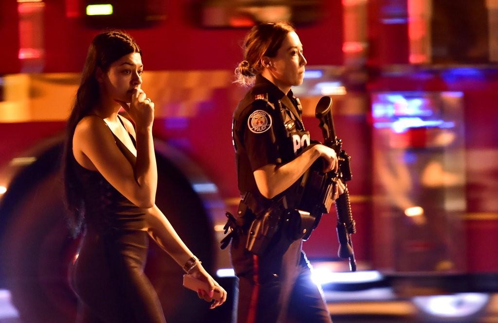 多倫多警察護送行人離開槍擊現場(美聯社)
