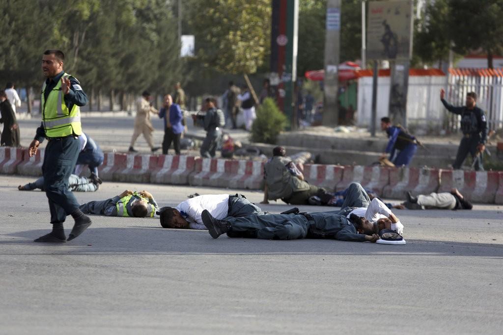 阿富汗首都發生恐怖攻擊後的混亂場面(美聯社)
