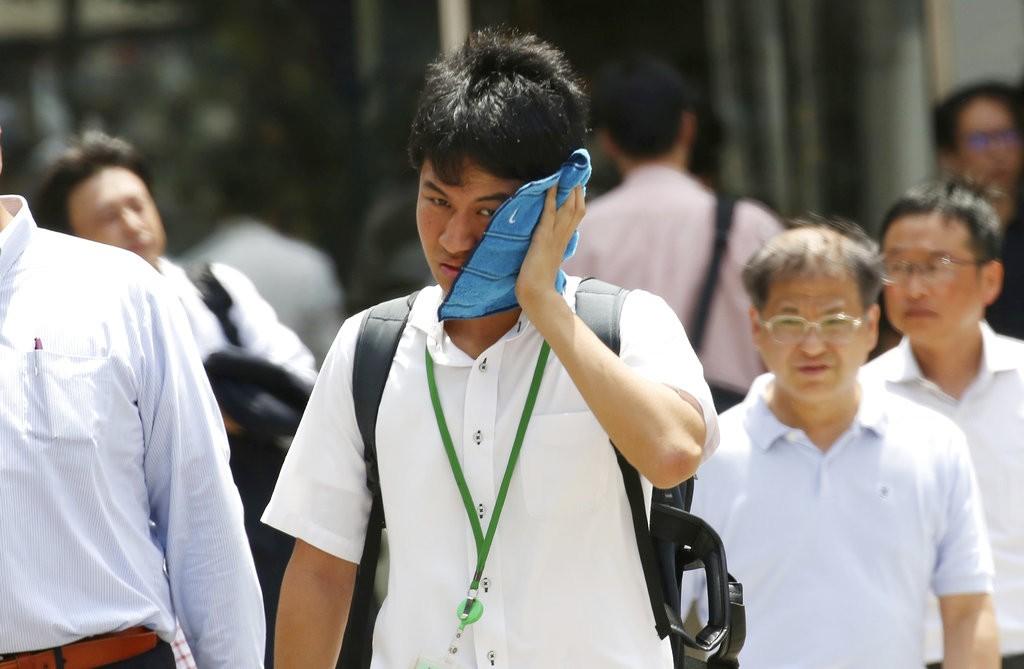 日本上班族難耐炎熱(美聯社)