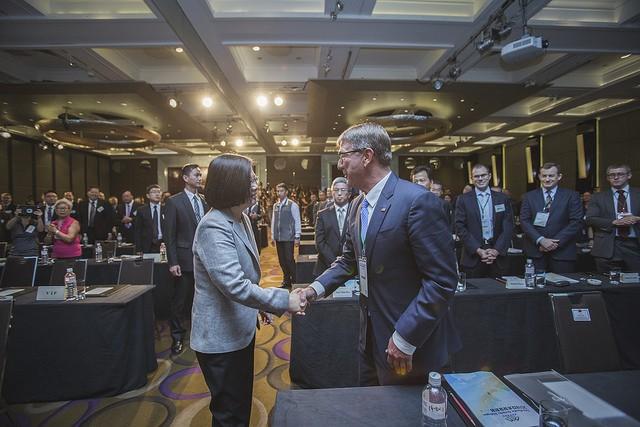 總統蔡英文與美國前國防部長卡特在「凱達格蘭論壇:2018亞太安全對話」開幕典禮上握手致意(照片來源:總統府提供)