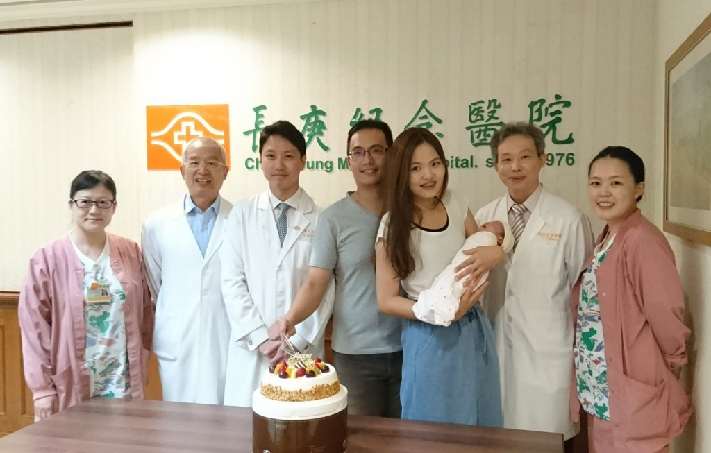 楊小姐懷孕發生破水,經由SOS醫療專機返台治療與安胎,順利在28週自然產下一名健康男嬰,昨日台北長庚醫護團隊一起替楊小姐及寶寶慶祝出院。(