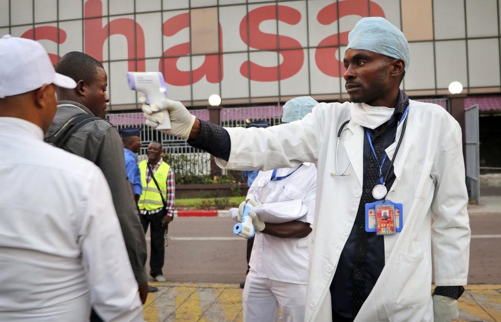 剛果民主共和國醫療人員在首都金夏沙機場,測量下機民衆體溫(資料照,美聯社提供)