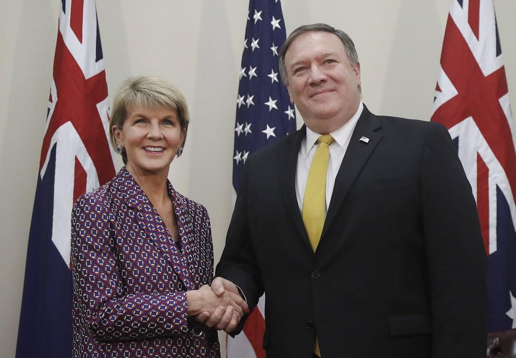 澳洲外長畢紹(左)與普美國國務卿龐皮歐合影(美聯社)