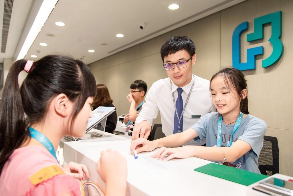 最受孩子喜愛的「小小行員體驗」課程,小朋友們化身成銀行的迎賓接待員、櫃員或客戶,實地操演分行的日常作業。 (富邦金控提供)