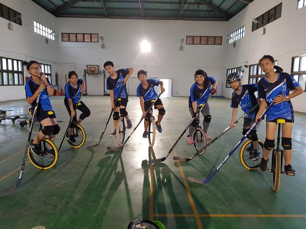 妥瑞獨輪青年練習獨輪車曲棍球賽 (長庚醫院提供)