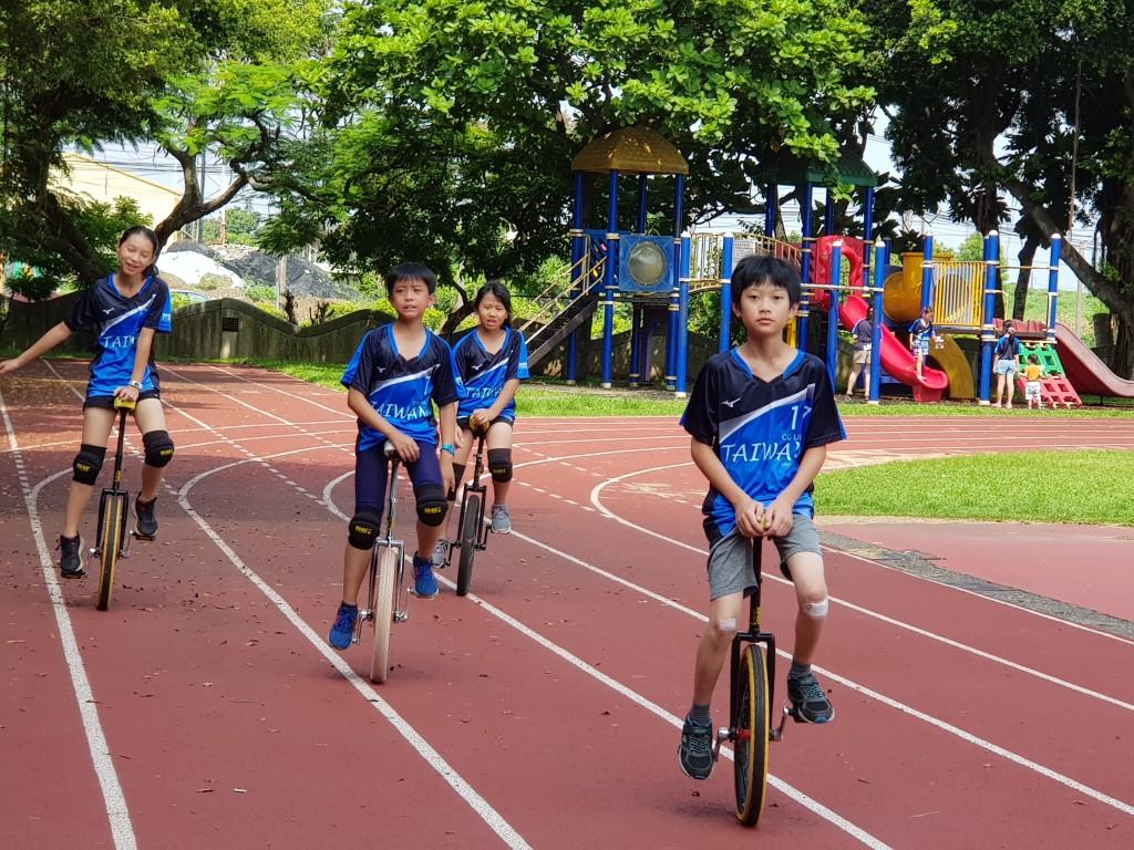 騎乘獨輪車的妥瑞兒童 (長庚醫院提供)
