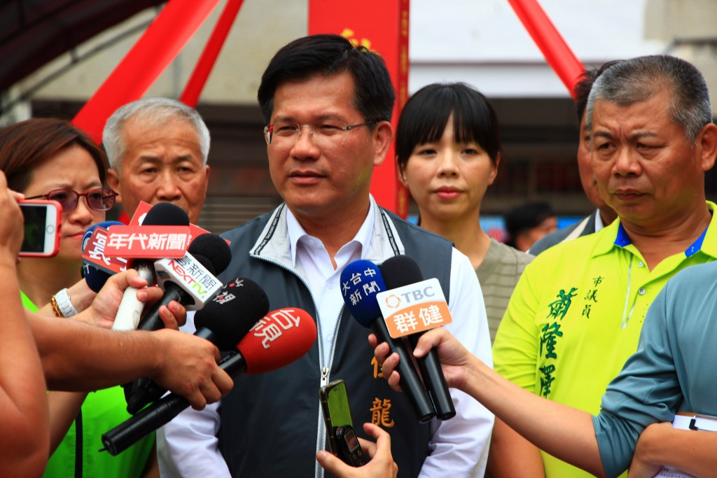Taichung Mayor Lin Chia-lung (center) vows to appeal the cancellation of next year's East Asian Youth Games.