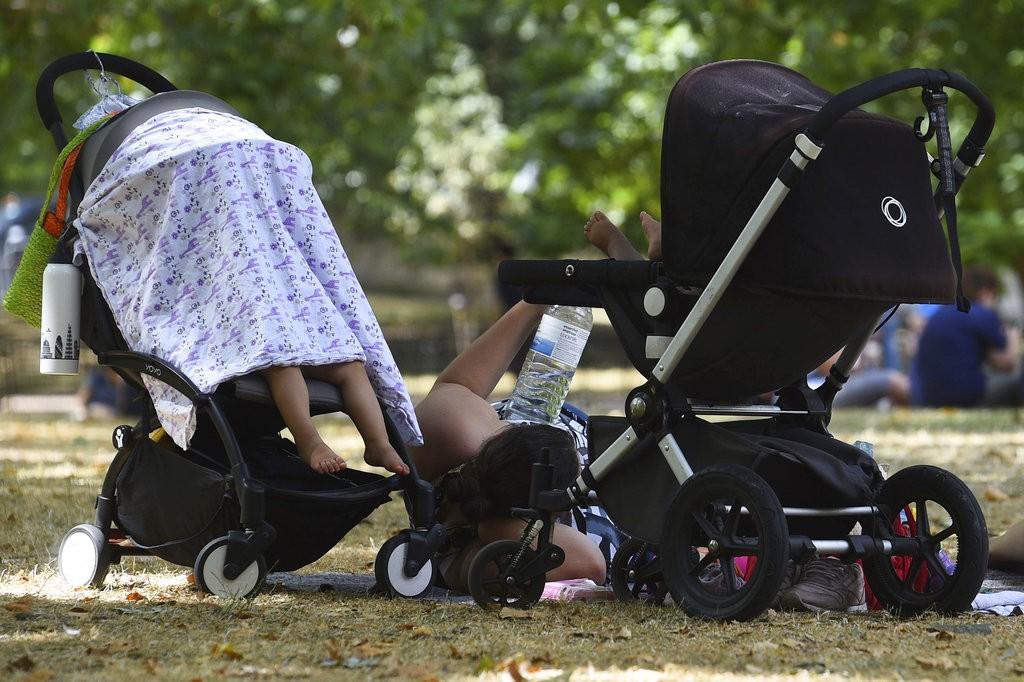 英國民眾在倫敦聖詹姆士公園乘涼(美聯社)