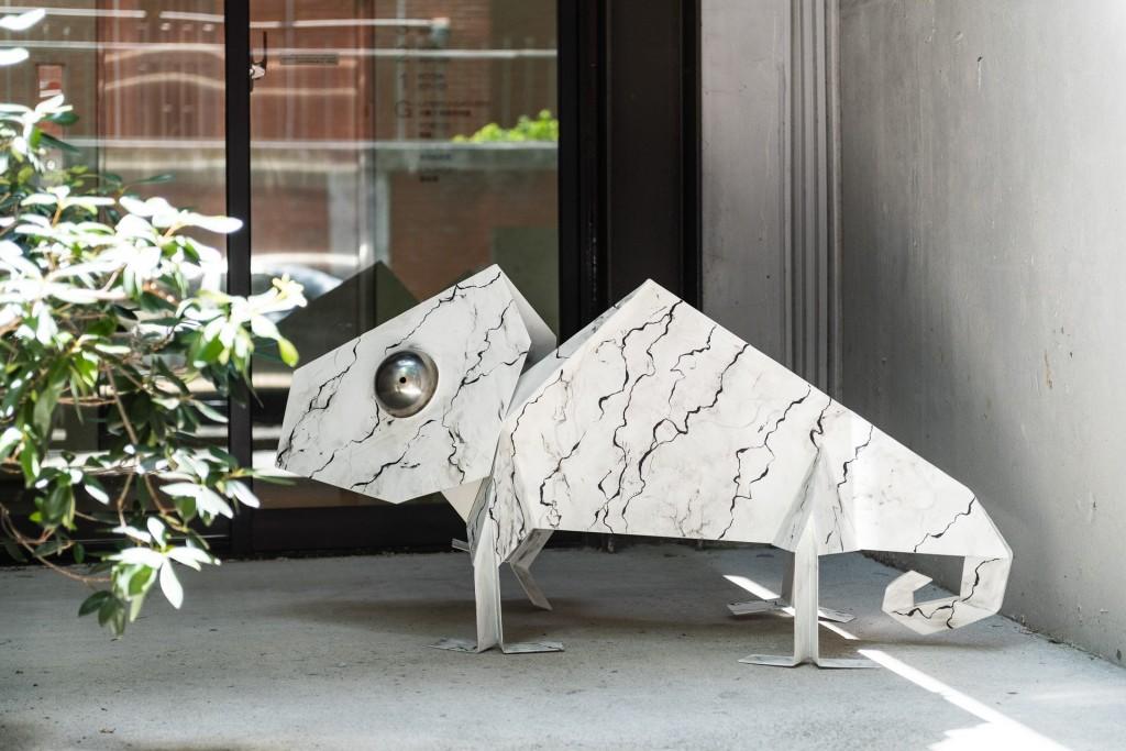 許廷瑞的作品《變色龍》將鐵片輕巧的轉化,成為大人小孩都喜愛的作品。 (富邦旅管提供)