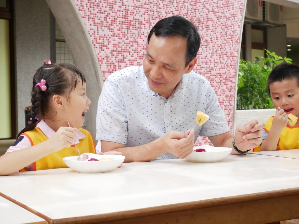 市長與小朋友一起共享水果點心 (新北市政府教育局提供)