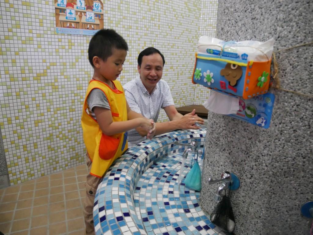 預防腸病毒.市長與小朋友一起洗手 (新北市政府教育局提供)