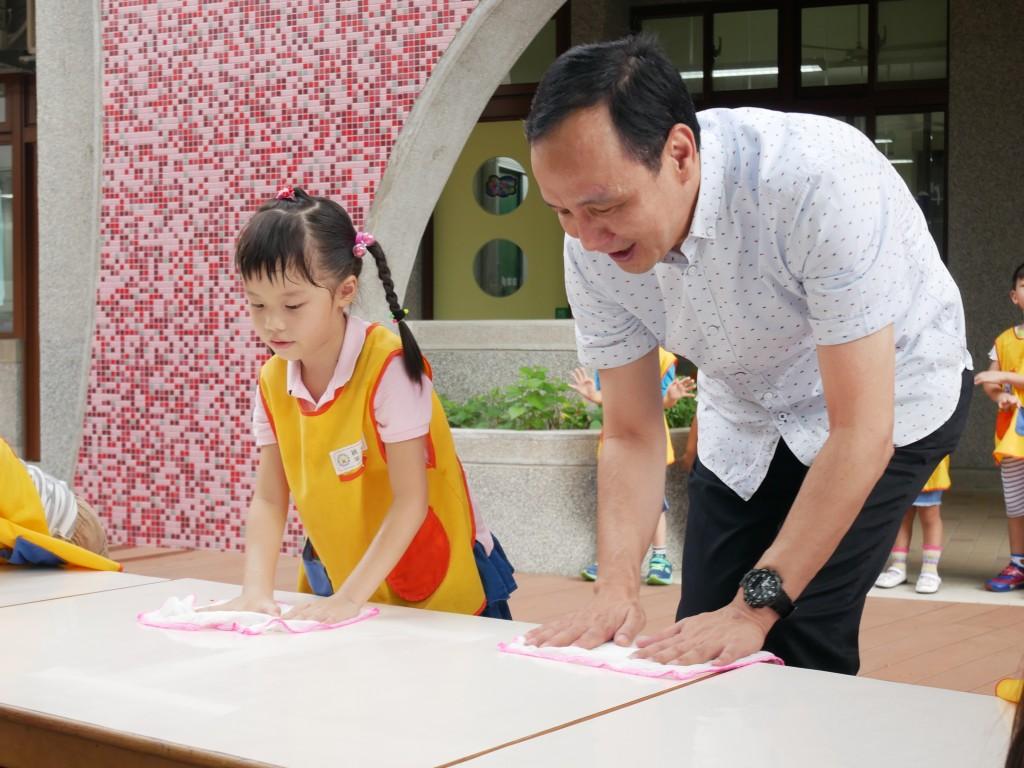 市長與小朋友一起擦桌子 (新北市政府教育局提供)