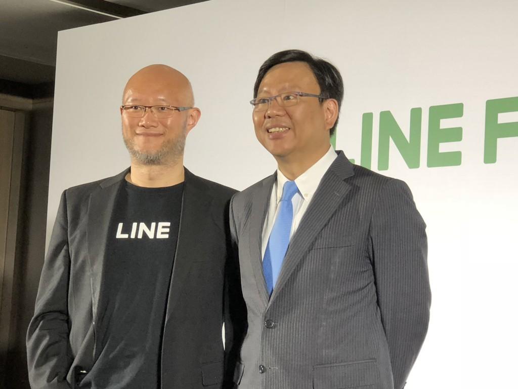 LINE Taiwan GM Chen Li-jen, left, with LINE Financial Taiwan head Liu I-cheng, right.