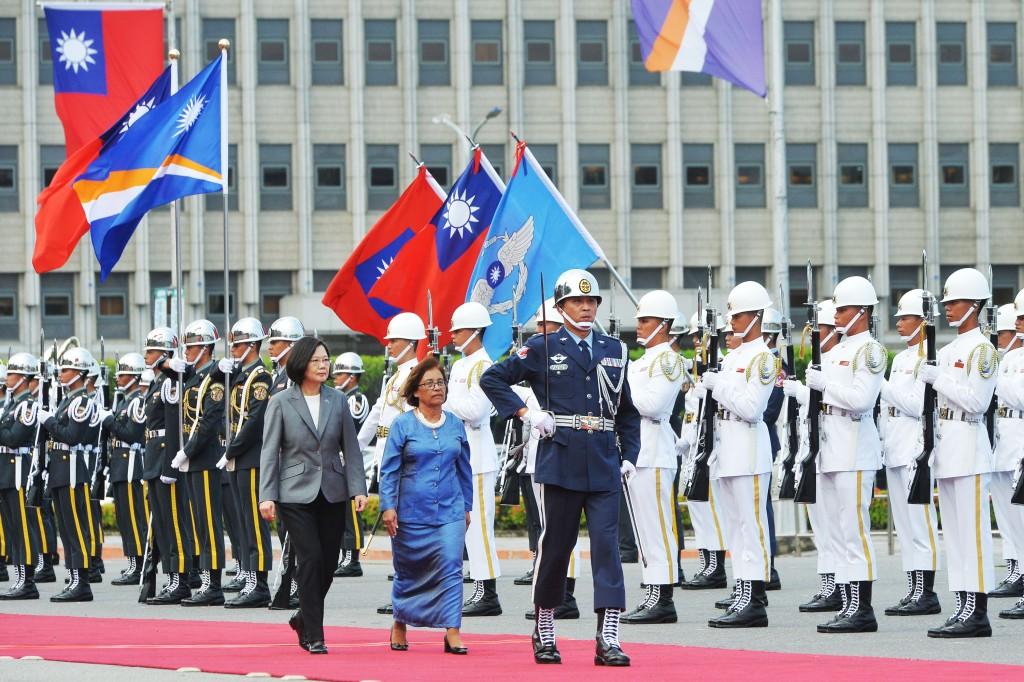 太平洋友邦馬紹爾群島共和國總統海(Hilda C. Heine)(中)訪臺,總統蔡英文27日下午在總統府前廣場以軍禮歡迎