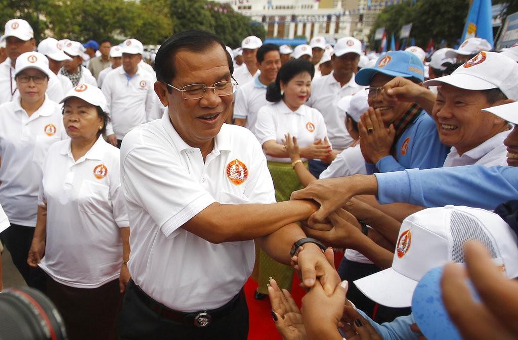 柬埔寨總理洪森(中)與其支持者(美聯社)