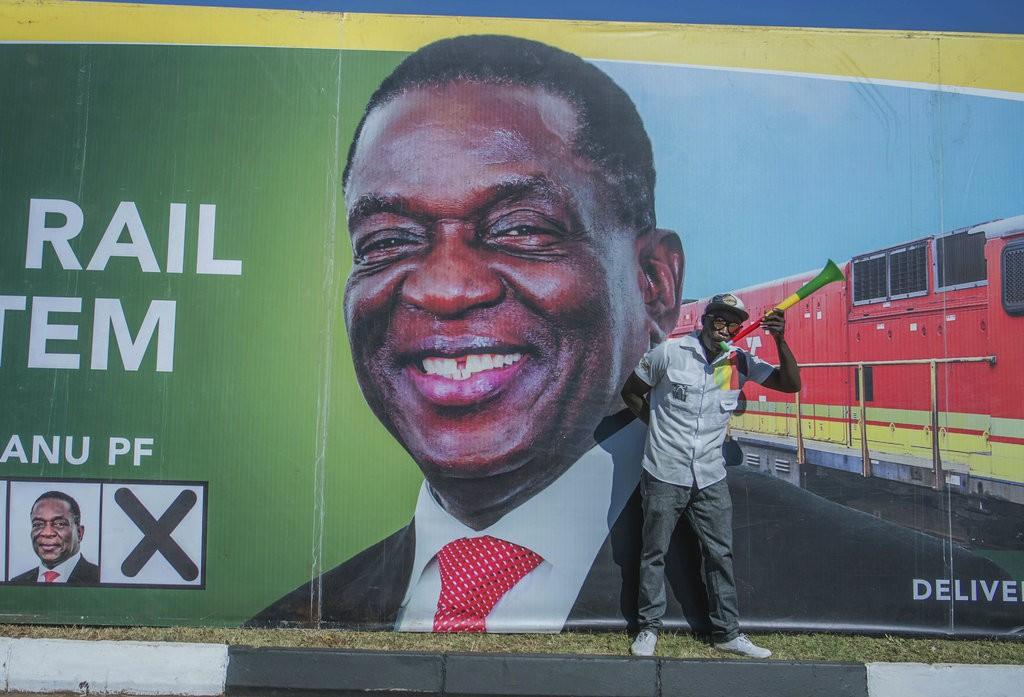 辛巴威現任總統艾默森·姆南加瓦(Emmerson Mnangagwa)的海報與其支持者(美聯社)