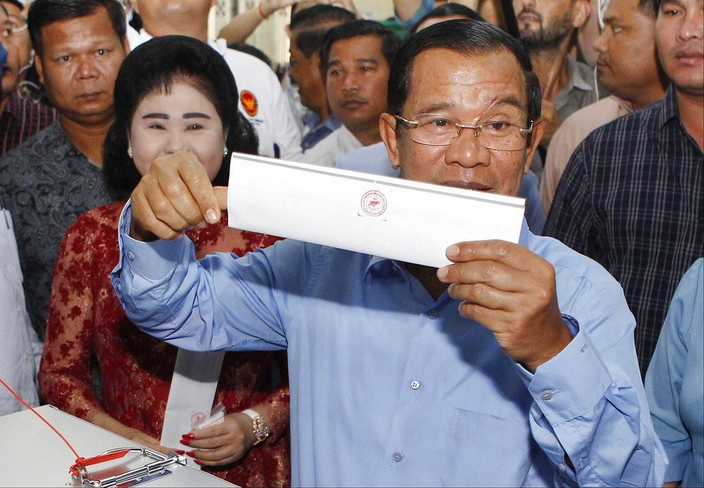 柬埔寨總理洪森進行投票(美聯社)