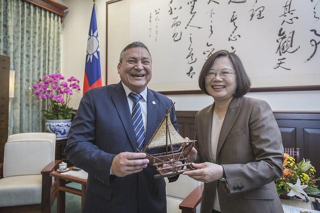 總統蔡英文30日在總統府接見美國關島總督卡佛(Eddie Calvo)(照片來源:總統府提供)