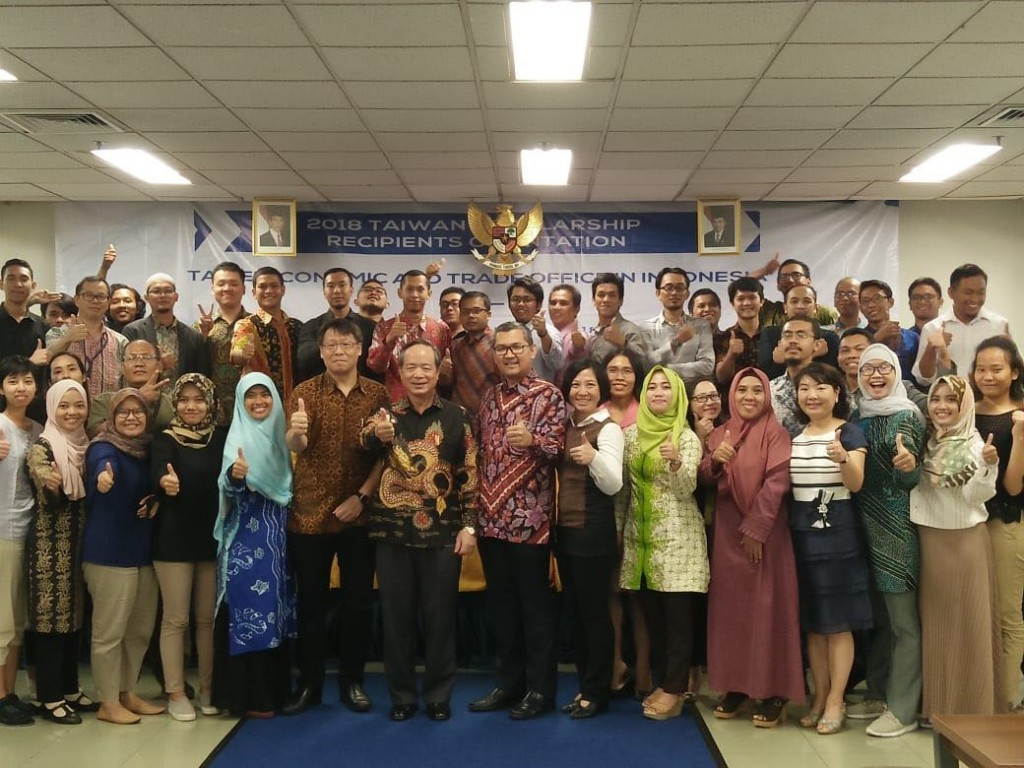 Ambassador John Chen give out the scholarship certificates to the students and took a group photo together. (Photo Courtesy of TETO Indonesia)