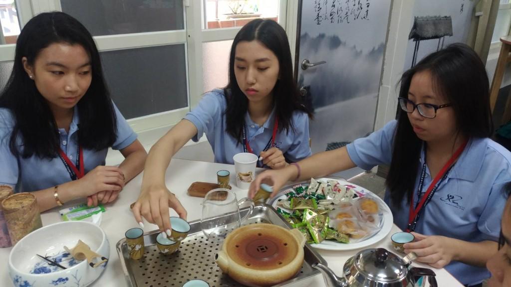 「國際友誼日」營隊品茶2 (新北市政府教育局提供)