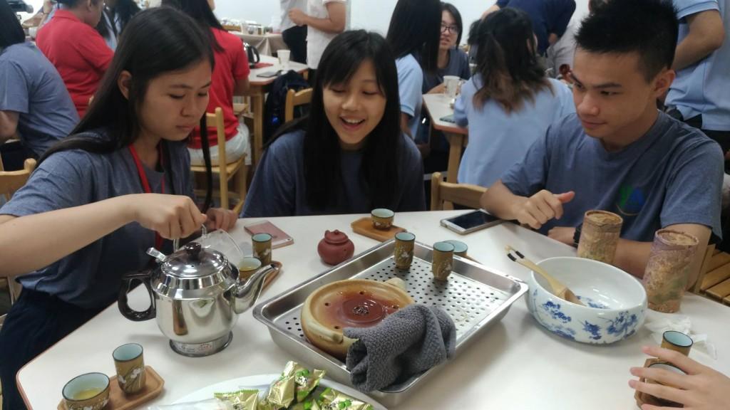 「國際友誼日」營隊品茶3 (新北市政府教育局提供)