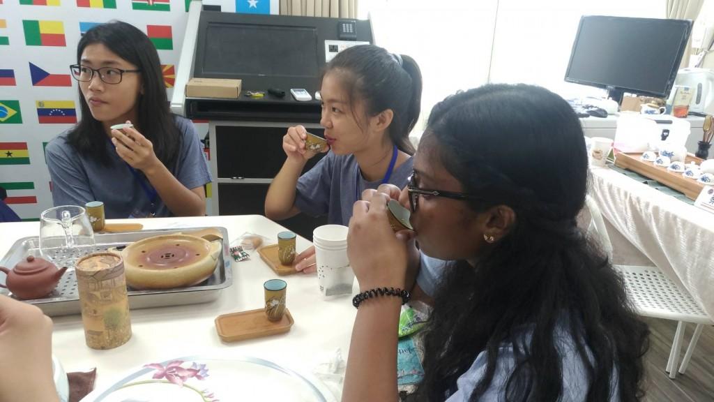 「國際友誼日」營隊品茶4 (新北市政府教育局提供)