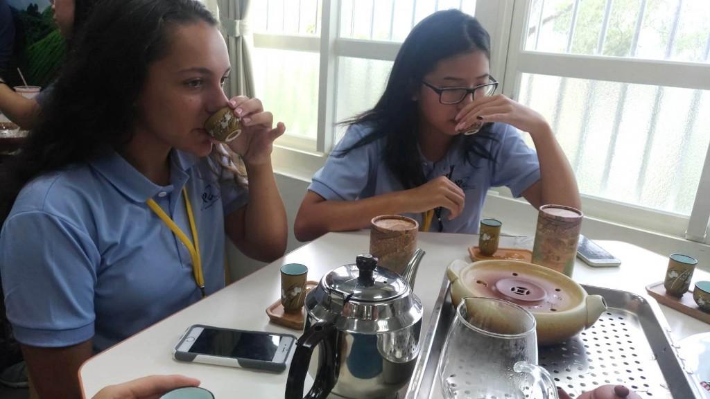 「國際友誼日」營隊品茶 (新北市政府教育局提供)