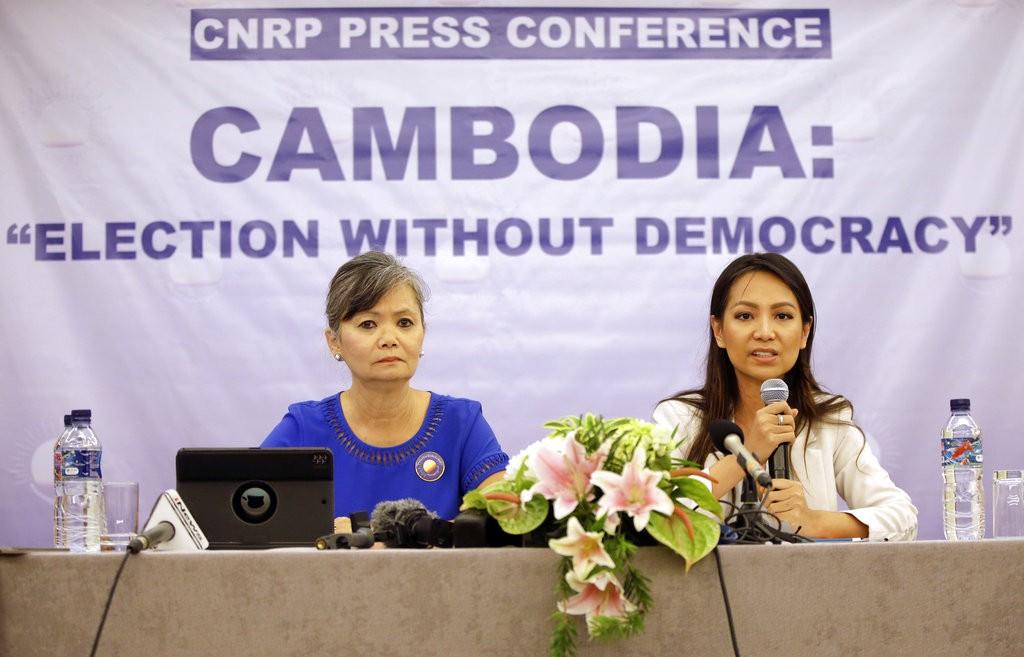 柬埔寨救國黨副黨魁穆索誇(Mu Sochua)與副外務部長莫諾維提亞檢(Monovithya Kem)(美聯社)