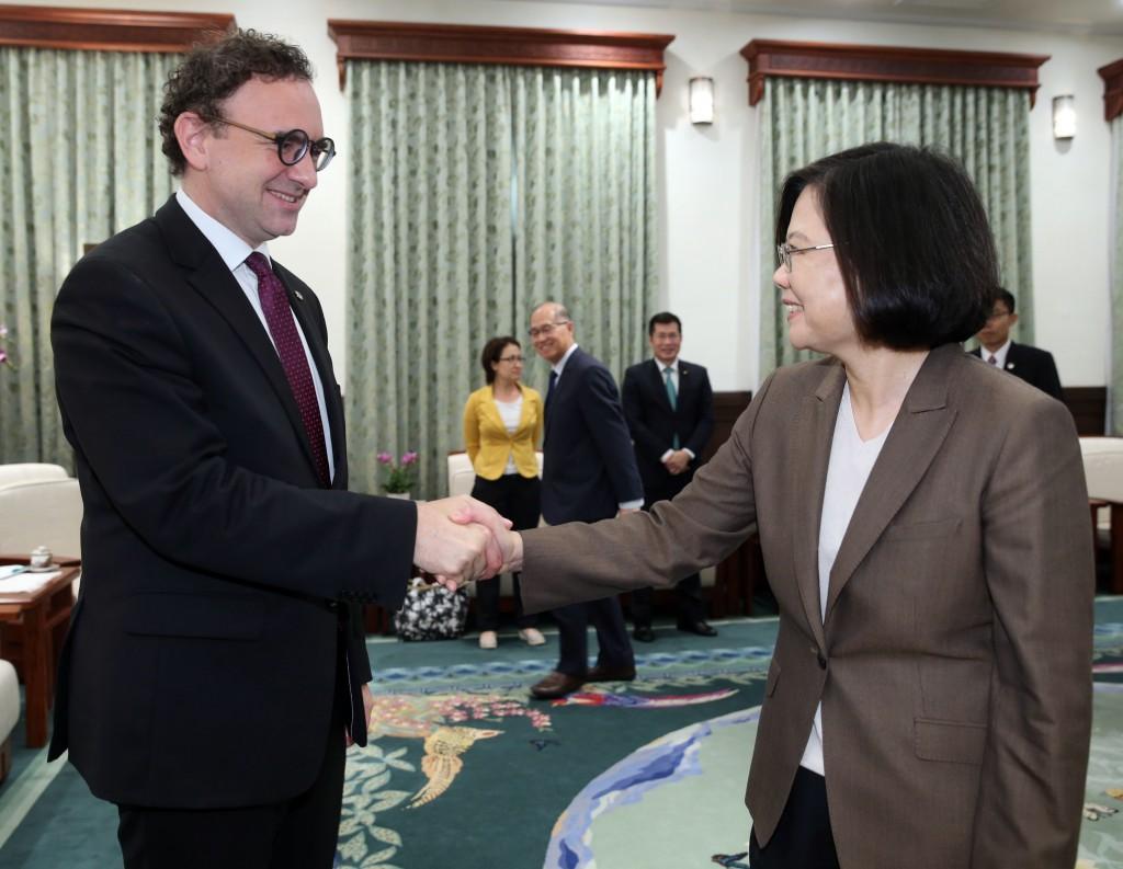 Minoves, left, with Tsai, right.