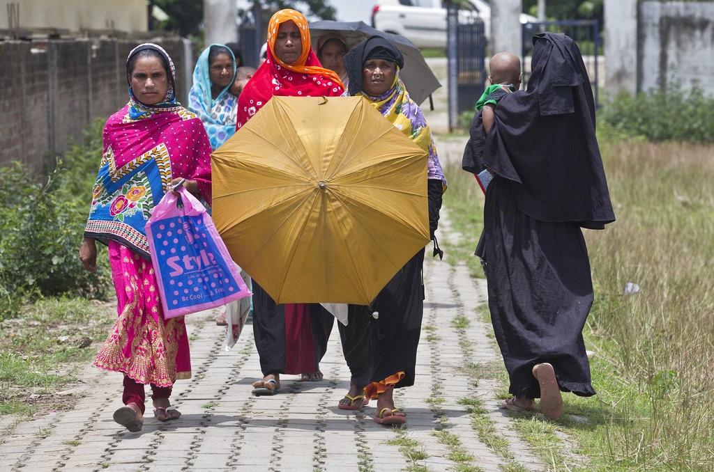 印度孟加拉裔婦女正前往確認自己是否列入NRC名冊中(圖片來源:美聯社)