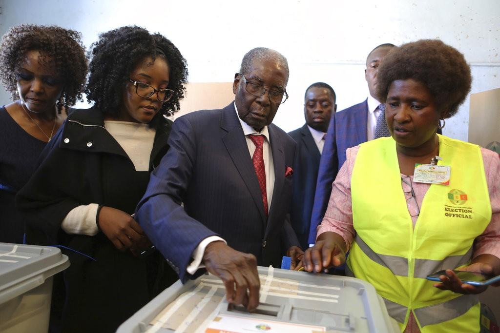 辛巴威前總統羅伯·穆加比(Robert Mugabe)進行投票(美聯社)