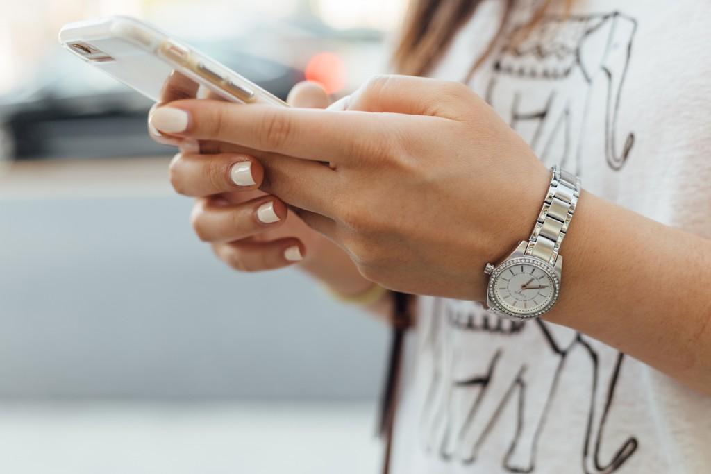 法國青少年手機成癮嚴重,9月起將全面實施中小學校園禁用手機法案