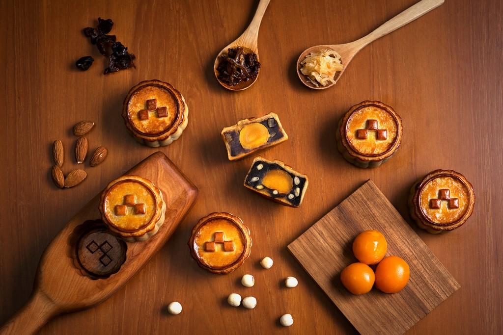 誠品行旅將月餅結合台灣當代藝術家黃本蕊的作品「月亮變奏曲」,純手工延伸六款精選口味。