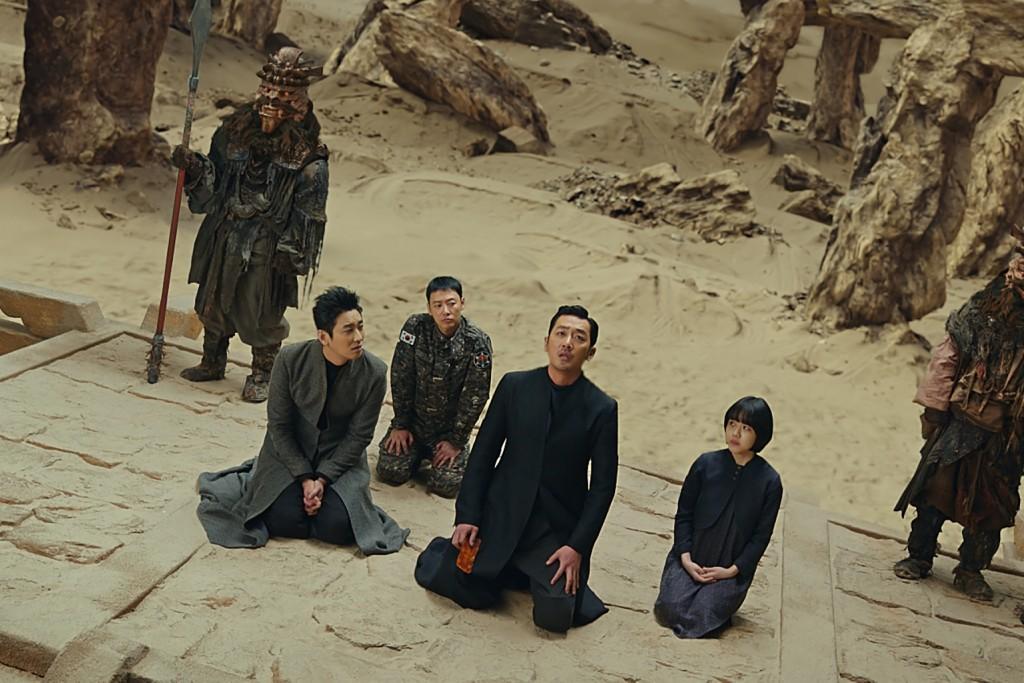 【與神同行:最終審判】將以2D數位、4DX、IMAX版上映。左起朱智勛、金東旭、河正宇、金香起。(采昌國際多媒體提供)