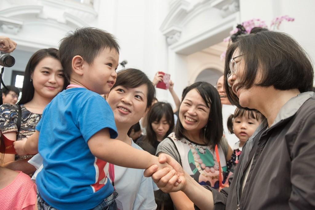 總統府3日舉辦員工家庭日,總統蔡英文與府內員工小孩相見歡(照片來源:截取自蔡英文臉書)