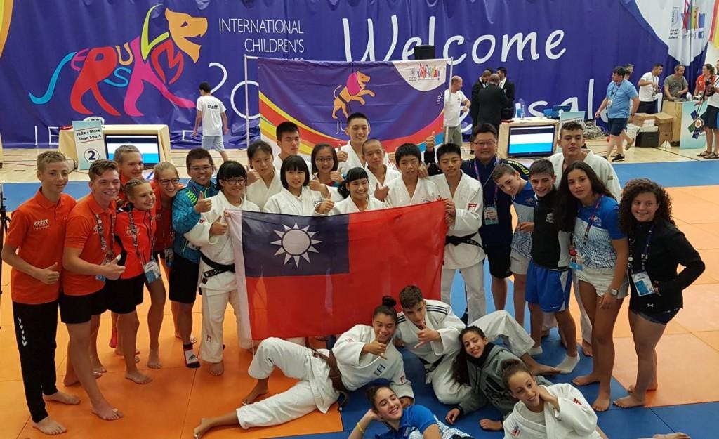 柔道選手與外國選手合影。(照片由新北市政府提供)