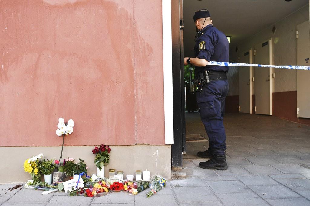 瑞典唐氏症男子遭警察槍殺,民衆獻花表示哀悼(美聯社)