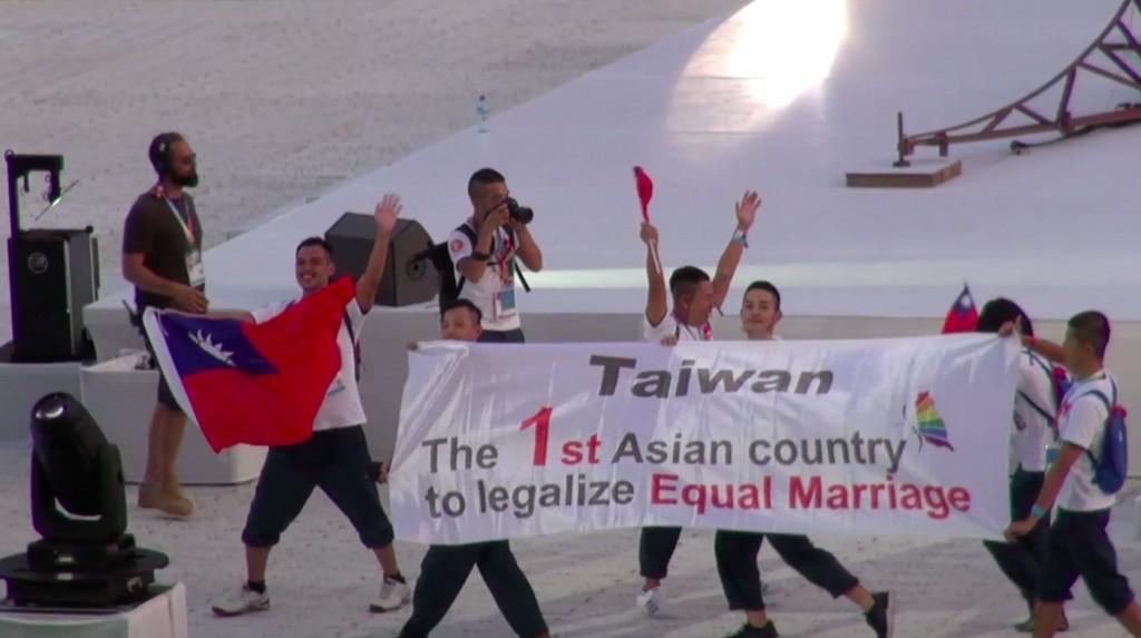 巴黎同志運動會揭幕,在開幕遊行中,台灣隊帶著國旗上場