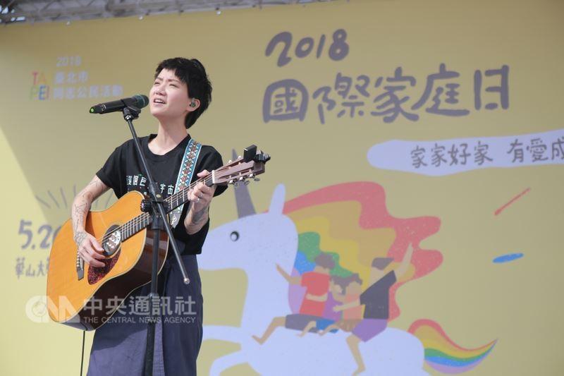 圖為香港歌手盧凱彤,5月26日在台北出席「2018國際家庭日草地園遊會」情形。中央社