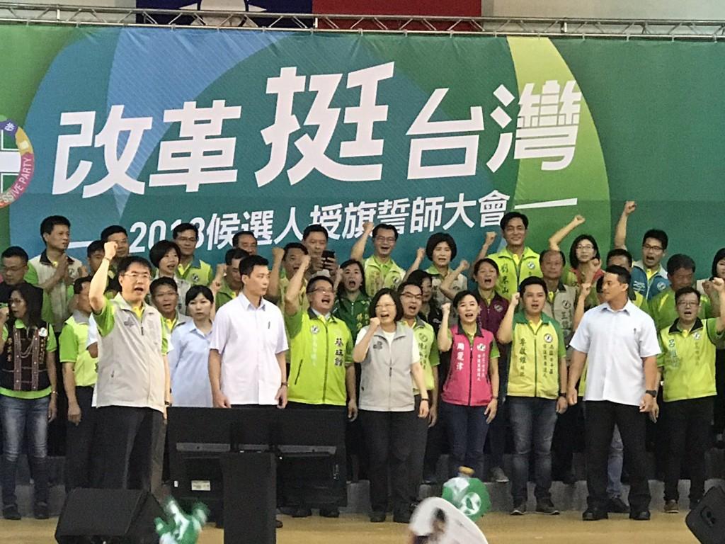 民進黨2018年輔選列車正式啟動,兼任民進黨主席的總統蔡英文5日上午授旗給台南 市長參選人黃偉哲以及市議員參選人