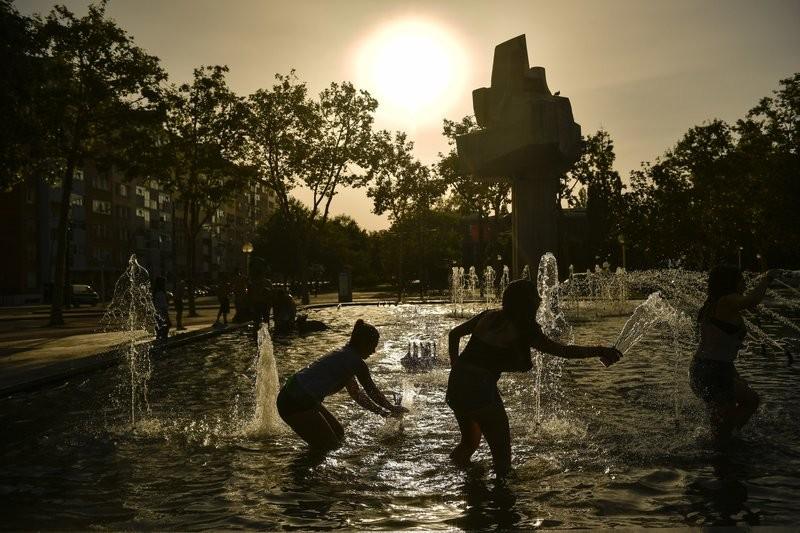 西班牙維多利亞市民眾玩水消暑(美聯社)