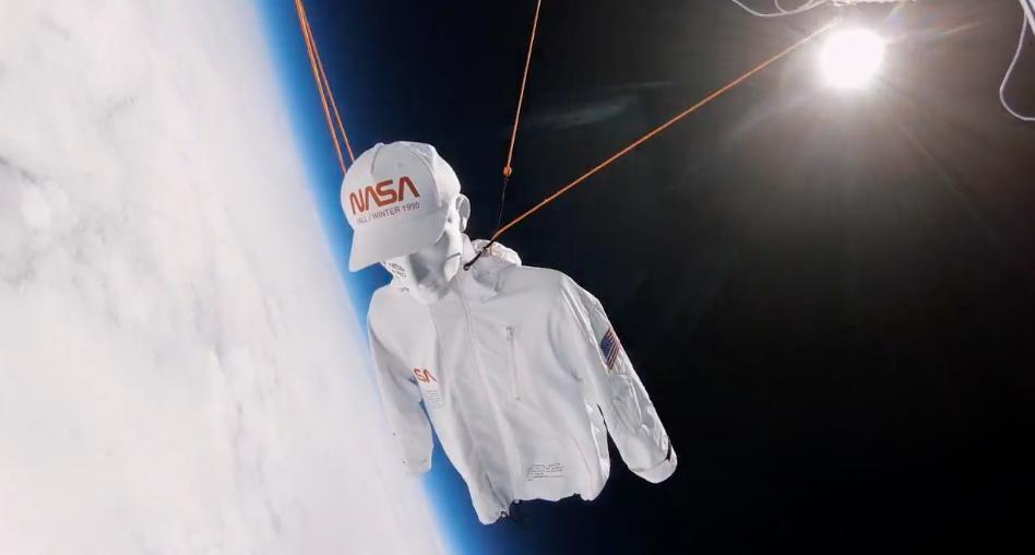 身穿聯名服飾的人型模特兒升至外太空(照片翻攝自Heron Preston官網)