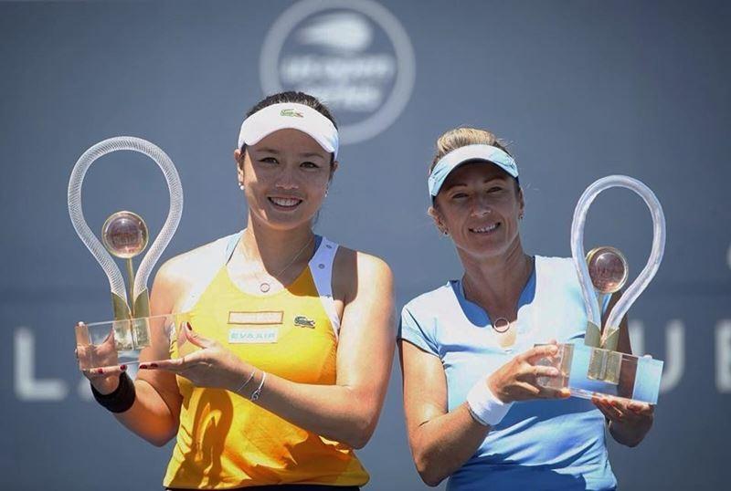 聖荷西女網賽雙打決賽,詹詠然(左)6日和搭檔佩絲克(右)以直落二獲勝奪冠(中央社)