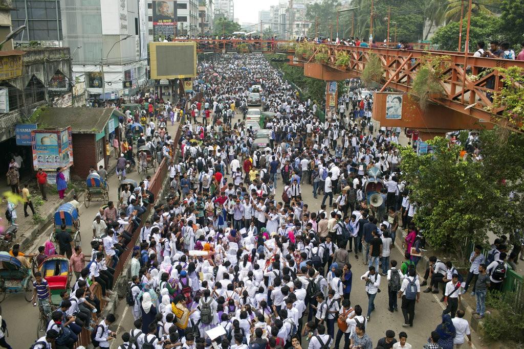 孟加拉學生抗議政府未正視道路安全(美聯社)