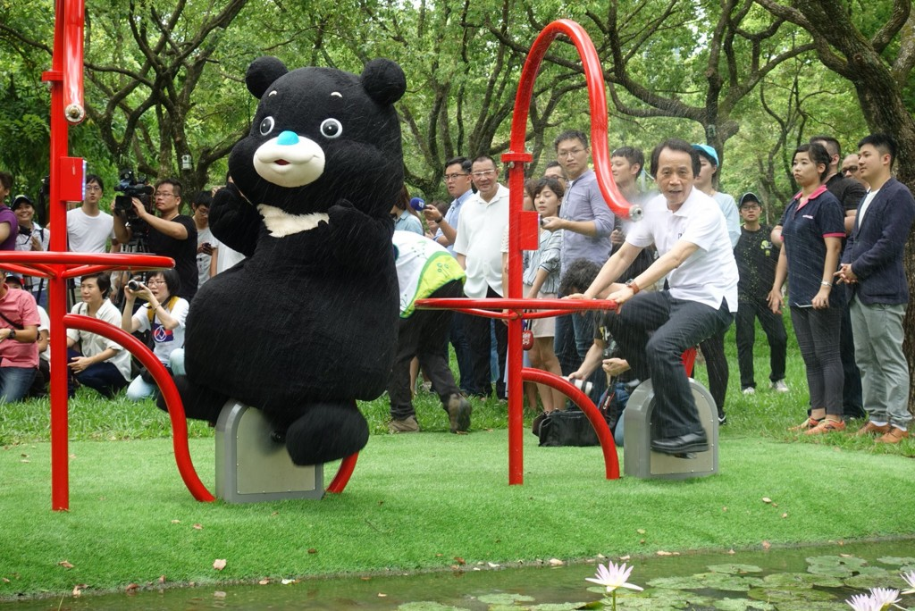 Bravo, left, with Lin Ming-Hsiung in Daan Park.