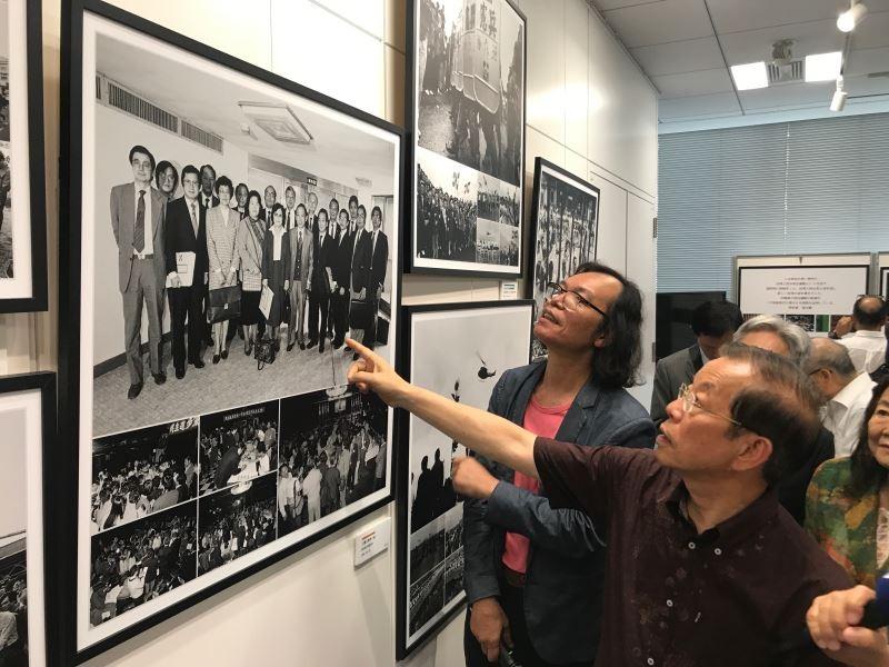 攝影師宋隆泉為《愛‧戀‧臺灣攝影展》作品導覽,駐日代表謝長廷分享當年參加民主運動的故事(照片來源:文化部提供)