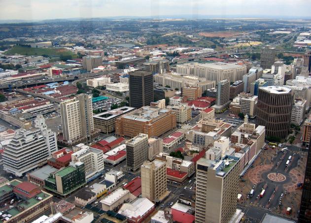 南非經濟首都約翰尼斯堡(Johannesburg)空拍照。據聞馬路幾乎沒有車,是因爲高犯罪率讓民衆放棄舊市中心(維基百科)